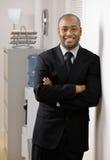 Hombre de negocios confidente con los brazos cruzados Fotos de archivo libres de regalías
