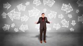 Hombre de negocios Confuse para elegir la dirección fotografía de archivo