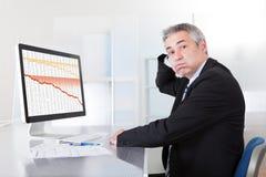 Hombre de negocios confuso con el ordenador Fotos de archivo