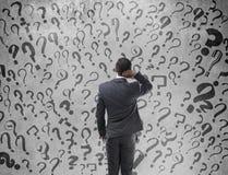 Hombre de negocios confuso que busca la solución Foto de archivo