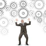 Hombre de negocios confuso que mira las ruedas del diente imágenes de archivo libres de regalías