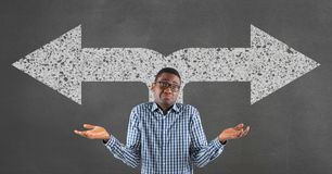 Hombre de negocios confuso que se opone a fondo gris con las flechas blancas Fotos de archivo libres de regalías