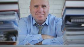 Hombre de negocios contento Image en la sonrisa del trabajo feliz en sitio de la oficina imágenes de archivo libres de regalías