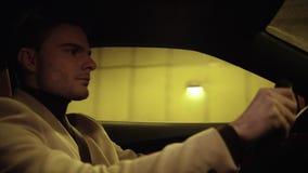 Hombre de negocios contento joven que conduce el coche en túnel subterráneo metrajes