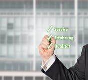 Hombre de negocios, control-Liste, servicio, experiencia, calidad Imágenes de archivo libres de regalías