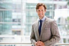 Hombre de negocios corporativo en el interior moderno, cintura encima del retrato Foto de archivo libre de regalías