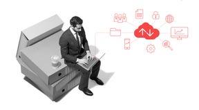 Hombre de negocios corporativo que conecta en línea y que trabaja imágenes de archivo libres de regalías