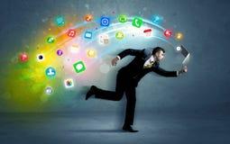 Hombre de negocios corriente con los iconos del uso del dispositivo Fotos de archivo libres de regalías