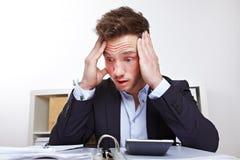 Hombre de negocios dado una sacudida eléctrica en oficina Imagen de archivo