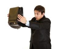 Hombre de negocios dado una sacudida eléctrica que busca algo en caso de que fotos de archivo libres de regalías