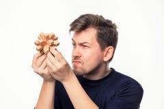Hombre de negocios de 25 años atractivo que considera confundido el rompecabezas de madera Fotos de archivo libres de regalías