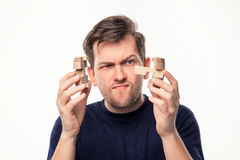 Hombre de negocios de 25 años atractivo que parece confundido con rompecabezas de madera Imagen de archivo