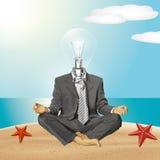 Hombre de negocios de la cabeza de la lámpara del vector en Lotus Pose Meditating Imagenes de archivo