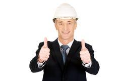 Hombre de negocios de la construcción que muestra la muestra aceptable Imagen de archivo