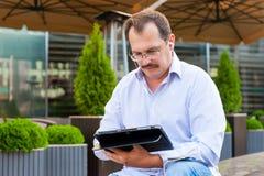 Hombre de negocios de la Edad Media usando la tableta Fotografía de archivo