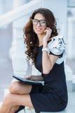 Hombre de negocios de la muchacha que trabaja con PC de la tableta fotografía de archivo libre de regalías