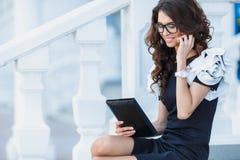 Hombre de negocios de la muchacha que trabaja con PC de la tableta foto de archivo
