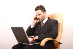 Hombre de negocios de llamada hermoso con la computadora portátil 2 Foto de archivo libre de regalías