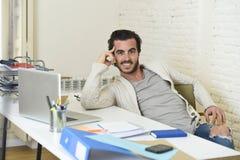 Hombre de negocios de moda hermoso del estilo del estudiante o del inconformista que lleva la presentación estropeada de los vaqu imágenes de archivo libres de regalías
