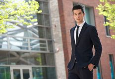 Hombre de negocios de moda joven que camina para trabajar Fotografía de archivo libre de regalías