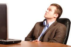 Hombre de negocios de pensamiento con la computadora portátil - ocasional elegante Imagenes de archivo