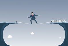Hombre de negocios de Walk Over Cliff Gap Mountain To Success del hombre de negocios que equilibra en cuerda Fotos de archivo
