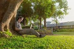 Hombre de negocios de Yang al aire libre con el ordenador portátil imágenes de archivo libres de regalías