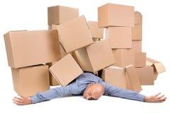 Hombre de negocios debajo de las cajas Foto de archivo libre de regalías