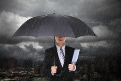 Hombre de negocios debajo de las fuertes lluvias Fotos de archivo libres de regalías
