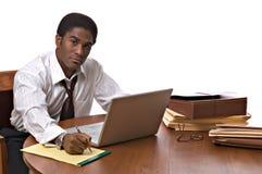 Hombre de negocios del African-American que trabaja en la computadora portátil Imagen de archivo
