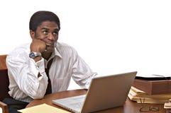Hombre de negocios del African-American que trabaja en la computadora portátil Fotografía de archivo libre de regalías