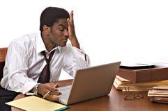 Hombre de negocios del African-American que trabaja en la computadora portátil Fotos de archivo