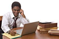 Hombre de negocios del African-American que trabaja en la computadora portátil Imágenes de archivo libres de regalías