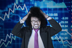 Hombre de negocios del Afro con la disminución del gráfico financiero Fotos de archivo libres de regalías