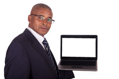 Hombre de negocios del afroamericano con una computadora portátil imagenes de archivo