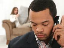 Hombre de negocios del afroamericano en el teléfono en Ho Fotografía de archivo