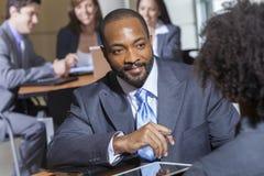 Hombre de negocios del afroamericano en la reunión Imagen de archivo libre de regalías