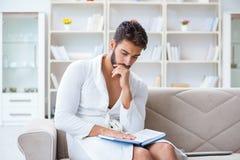 Hombre de negocios del estudiante del hombre joven que lee un libro que estudia el trabajo en Fotografía de archivo libre de regalías