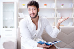 Hombre de negocios del estudiante del hombre joven que lee un libro que estudia el trabajo en Fotografía de archivo