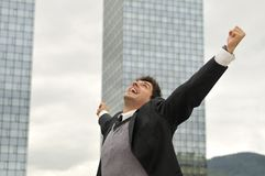 Hombre de negocios del ganador que grita de alegría imagen de archivo libre de regalías