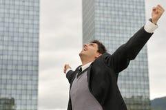 Hombre de negocios del ganador que grita de alegría imagenes de archivo