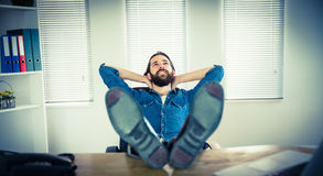 Hombre de negocios del inconformista que se relaja en su escritorio Imagen de archivo