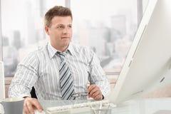 hombre de negocios del Mediados de-adulto en el trabajo Imágenes de archivo libres de regalías