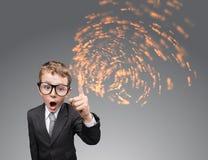 Hombre de negocios del niño con la corriente de ideas Imagen de archivo