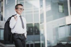 Hombre de negocios del niño en el fondo moderno azul Fotografía de archivo