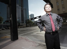 Hombre de negocios del niño joven en la ciudad Foto de archivo libre de regalías