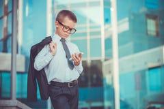 Hombre de negocios del niño que habla en el teléfono Foto de archivo libre de regalías