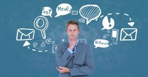 Hombre de negocios del pensamiento que hace una pausa diversos iconos contra fondo azul Foto de archivo