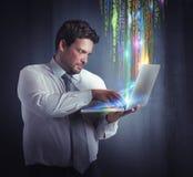 Hombre de negocios del pirata informático imagen de archivo