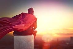 Hombre de negocios del super héroe que mira la ciudad Fotos de archivo libres de regalías
